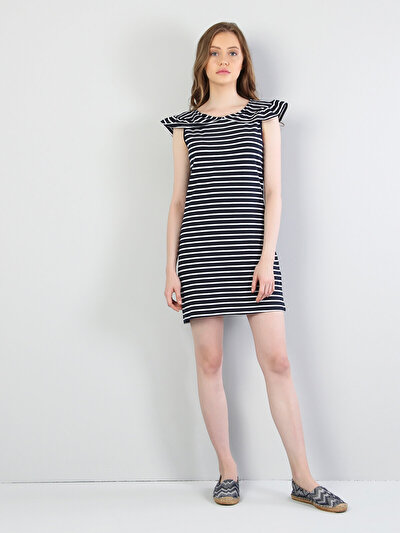 Изображение Темно-Синое Платье С Короткими Рукавами И Круглым Вырезом